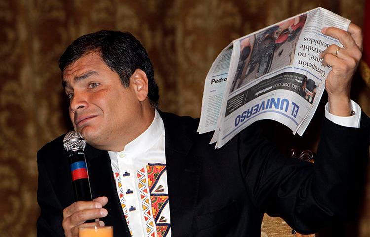 El Presidente de Ecuador, Rafael Correa, sostiene una copia de El Universo, en Quito, el 22 de noviembre de 2011. El caso del periódico contra las autoridades ecuatorianas fue recientemente admitido por la Corte Interamericana de Derechos Humanos. (AP/Dolores Ochoa)