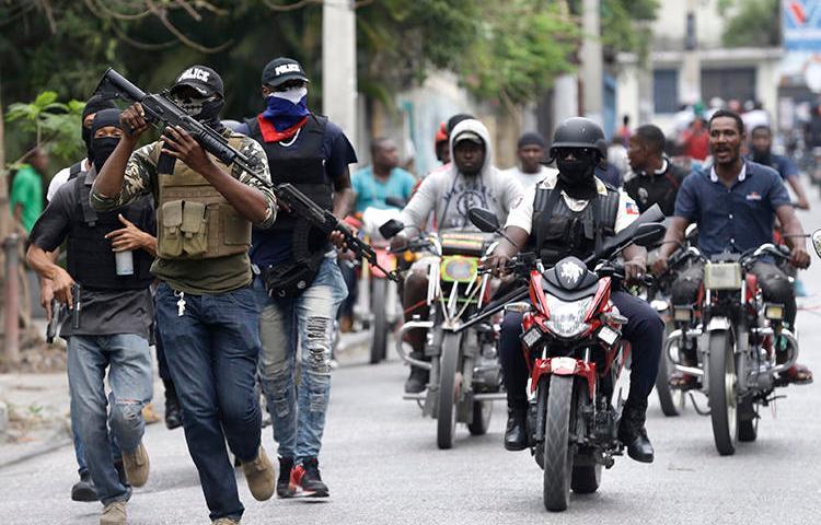 Des policiers armés en congé manifestent à Port-au-Prince, Haïti, le 23 février 2020. Des personnes s'identifiant comme des policiers ont commis un incendie criminel contre le diffuseur local Radio Télévision Caraïbes. (AP / Dieu Nalio Chery)