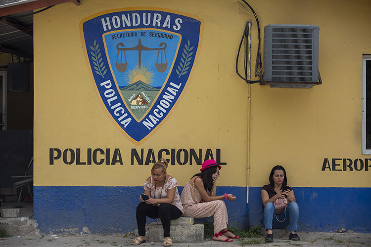 Imagen de un agente de la Policía Nacional de Honduras en La Lima, el 29 de noviembre de 2019. Recientemente, periodistas del medio local El Perro Amarillo han recibido amenazas de muerte. (AP/Moises Castillo)