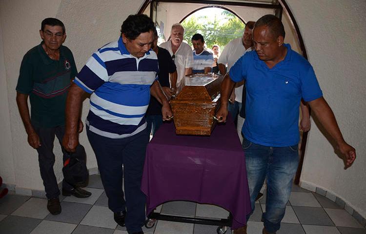 Familiares del periodista brasileño Léo Veras portan su ataúd en Pedro Juan Caballero, Paraguay, el 13 de febrero de 2020. Veras fue asesinado en su casa el 12 de febrero (AP / Marciano Candia)