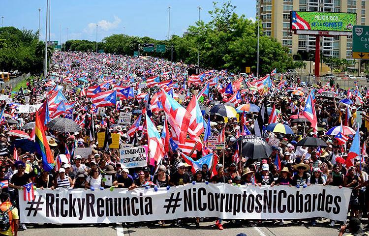 Manifestantes marchan en el Expreso Las Américas exigiendo la renuncia del gobernador Ricardo Roselló en San Juan, Puerto Rico, el 22 de julio de 2019.  Roselló renunció a principios del mes de agosto, pero antes firmó dos leyes que obstruyen el periodismo de investigación en Puerto Rico. (AP Photo/Carlos Giusti)