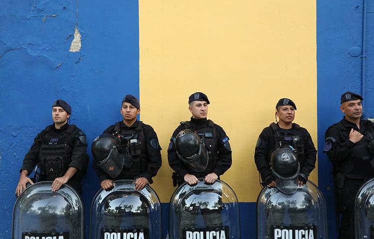 Imagen de agentes policiales en Buenos Aires, Argentina, el 22 de octubre de 2019. Recientemente el periodista argentino Diego Moranzoni recibió amenazas de muerte por su cobertura de un asesinato en Buenos Aires. (Reuters/Joaquin Salguero)