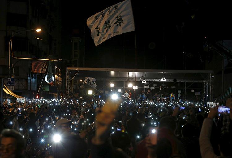 2016年1月16日,民進黨主席和總統候選人蔡英文的支持者舉起照亮的手機,慶祝蔡英文在台北舉行的總統大選中獲勝。(路透社/ Pichi Chuang)