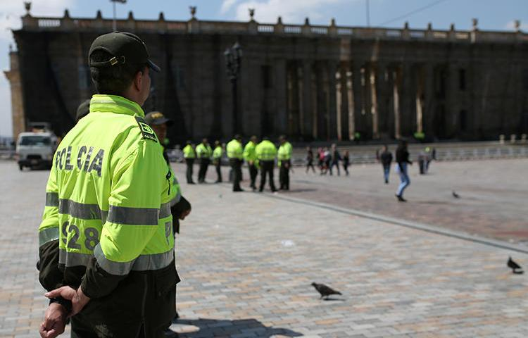 Imagen de un funcionario policial en Bogotá, Colombia, el 23 de noviembre de 2019. Recientemente, una corte colombiana dictó una orden de detención contra el periodista Edison Lucio Torres. (Reuters/Luisa González)