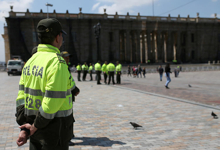 A police officer is seen in Bogota, Colombia, on November 23, 2019. A Colombian court recently issued an arrest warrant for journalist Edison Lucio Torres. (Reuters/Luisa Gonzalez)