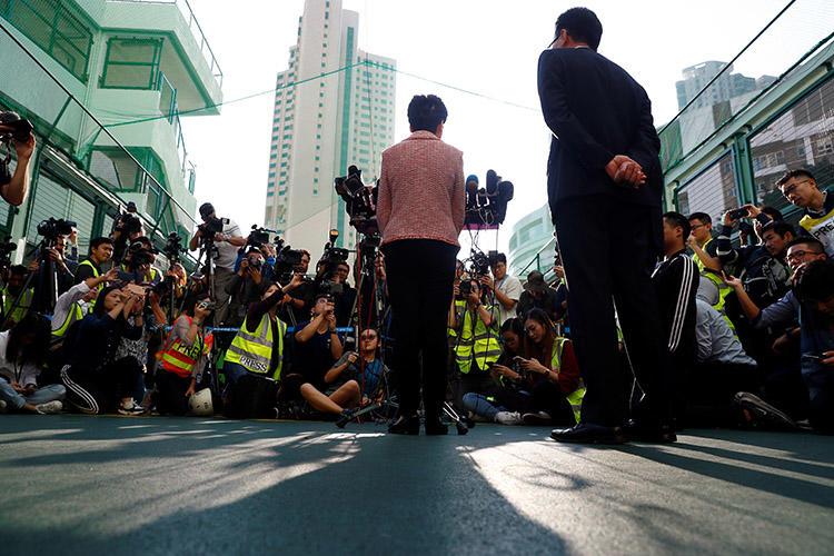 2019年11月24日,在香港區議會選舉期間,香港行政長官林鄭月娥在一個投票站進行投票後對媒體發表講話。(路透社/ Thomas Peter)