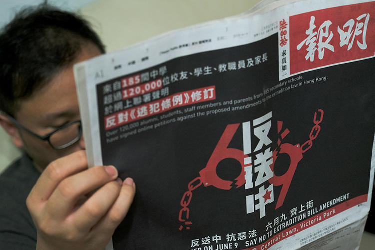 A2018年6月4日,香港報紙《明報》頭版刊登了反送中聯合請願書。(路透社/ Tyrone Siu)