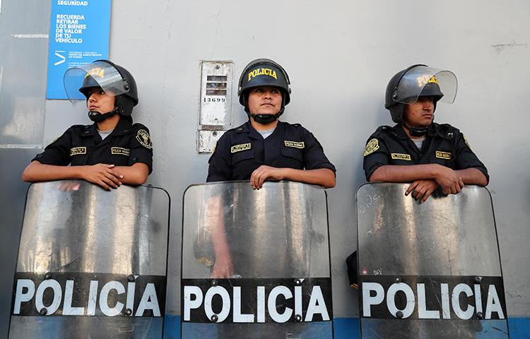 Imagen de funcionarios policiales en Lima, Perú, el 19 de marzo de 2019. El periodista Jimmy Alejandro Castillo Gamarra fue recientemente atacado en San Marcos, al norte de Perú. (Reuters/Guadalupe Pardo)