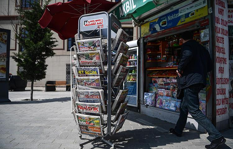 A newsstand is seen in Istanbul, Turkey, on April 19, 2018. CPJ and other press freedom groups recently called on Turkey's ad regulator to lift a ban on advertising in two leftist dailies. (AFP/Ozan Kose)
