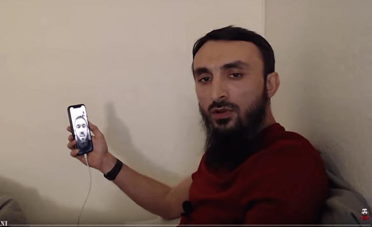 Фото чеченского блогера Тумсо Абдурахманова, ведущего свой канал на YouTube. Абдурахманов, известный блогер и критик властей Чечни, выжил после жестокого нападения, совершенного на него в его доме в шведском городе Евле 26 марта 2020 г.