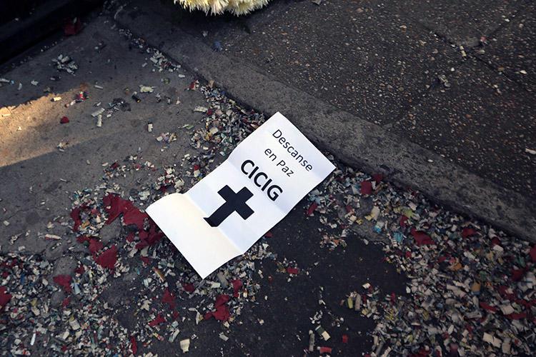 Un cartel con la inscripción 'Descanse en paz CICIG' aparece en una protesta contra la Comisión Internacional contra la Impunidad en Guatemala (CICIG), organismo respaldado por las Naciones Unidas, en Ciudad de Guatemala en enero de 2019. Campañas de acoso en las redes sociales intentaron desacreditar a periodistas que cubrían las actividades de la comisión. (AFP/Noé Pérez)