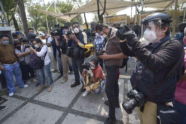 COVID-19 salgını sebebiyle kişisel korunma ekipmanı giymiş Meksikalı gazeteciler, 16 Nisan 2020 tarihinde, Mexico şehrindeki General Balbuena Hastahanesi çalışanlarının protestosunu izliyorlar. (AFP/Pedro Pardo)