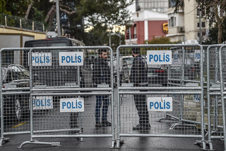 Police officers are seen in Istanbul, Turkey, on January 10, 2019. Turkish authorities recently arrested four more journalists for allegedly violating the country's intelligence laws. (AFP/Ozan Kose)