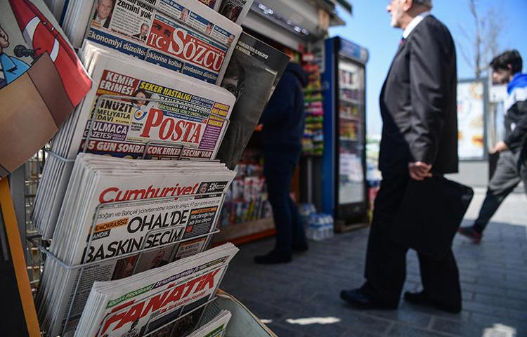 Newspapers are seen in Istanbul, Turkey, on April 19, 2018. CPJ recently joined other press freedom groups in calling on Turkey's ad regulator to lift its ban on the leftist daily Evrensel. (AFP/Ozan Kose)
