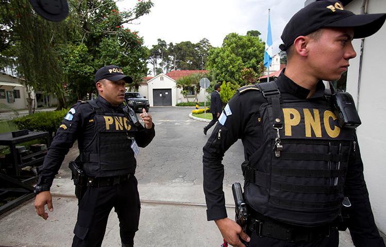 Imagen de agentes policiales en Ciudad de Guatemala el 31 de agosto de 2018. Recientemente el periodista Bryan Guerra fue asesinado en Guatemala. (AP/Moises Castillo)