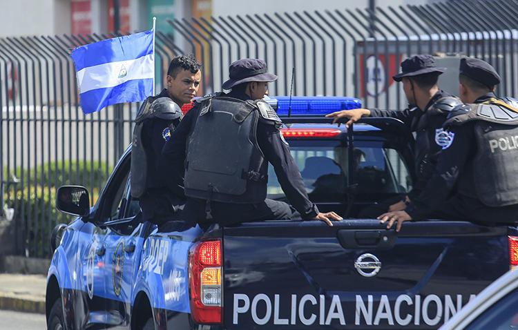 Imagen de agentes de la Policía Nacional en Managua, Nicaragua el 24 de agosto de 2019. La Policía Nacional ha estado vigilando y acosando al periodista Emiliano Chamorro. (AP/Alfredo Zuniga)