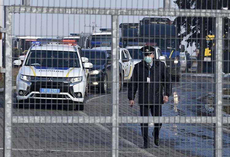 Полиция в Харькове (Украина) 20 февраля 2020 г. Украинский расследовательский сайт «Слідство.Інфо» расследуется за свои репортажи (Ассошиэйтед Пресс /Игорь Черкасов)