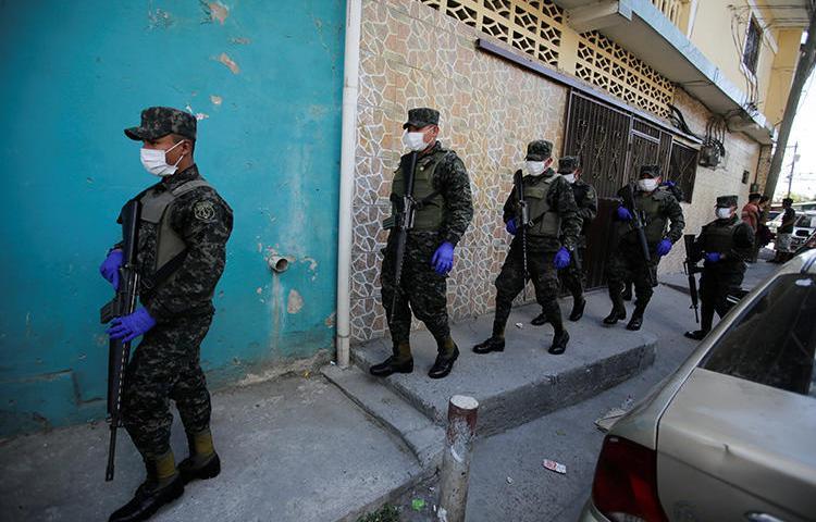 Imagen de soldados utilizando mascarillas en Tegucigalpa, Honduras, el 17 de marzo de 2020. Recientemente, el gobierno de Honduras declaró el estado de emergencia con ocasión del brote de COVID-19, y suspendió el derecho a la libertad de expresión. (Reuters/Jorge Cabrera)