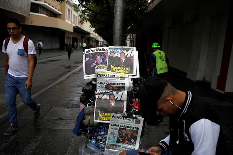 Titulares de prensa anuncian el triunfo electoral del nuevo presidente guatemalteco, Alejandro Giammattei, el 12 de agosto de 2019. (Reuters/José Cabezas)