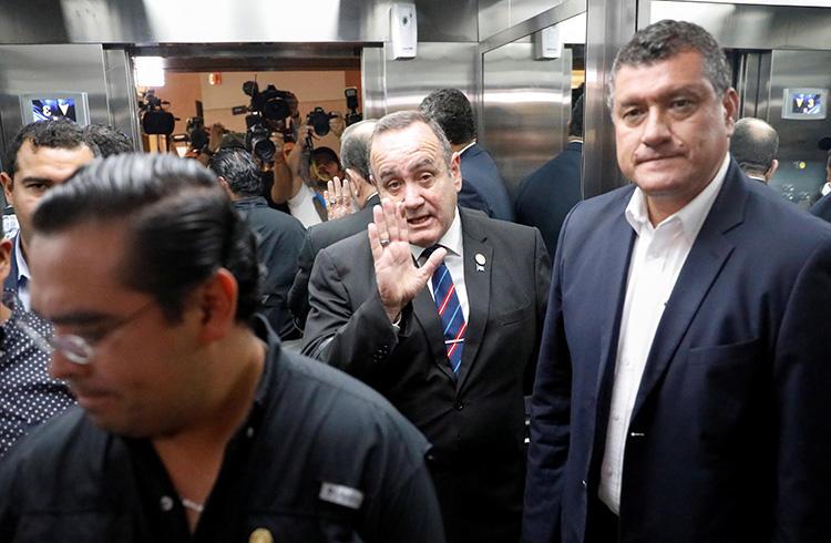 El presidente electo guatemalteco, Alejandro Giammattei, saluda durante su participación en una conferencia de prensa en Ciudad de Guatemala el 13 de agosto de 2019. Se considera que su Gobierno es más abierto que el de su antecesor en el cargo, aunque periodistas locales plantean que en algunas ocasiones se ha puesto a la defensiva. (Reuters/José Cabezas)