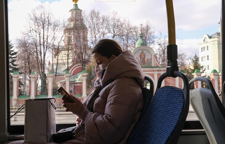 Девушка в маске едет в московском автобусе 23 марта 2020 г. Роскомнадзор принял карательные меры в отношении двух СМИ из-за репортажей о COVID-19 (Рейтер/Евгения Новоженина)