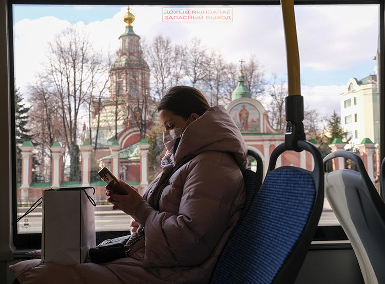 A woman wearing a protective mask is seen on a bus in Moscow, Russia, on March 23, 2020. Russia's media regulator recently censored two outlets reporting on the COVID-19 outbreak. (Reuters/Evgenia Novozhenina)