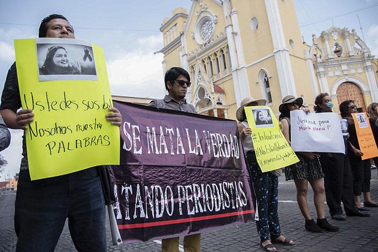 Periodistas protestan contra el asesinato de su llega Maria Elena Ferral en la Plaza Lerdo en Xalapa, en el estado de Veracruz, México, el primero de abril del 2020 (AFP/Quintanar).