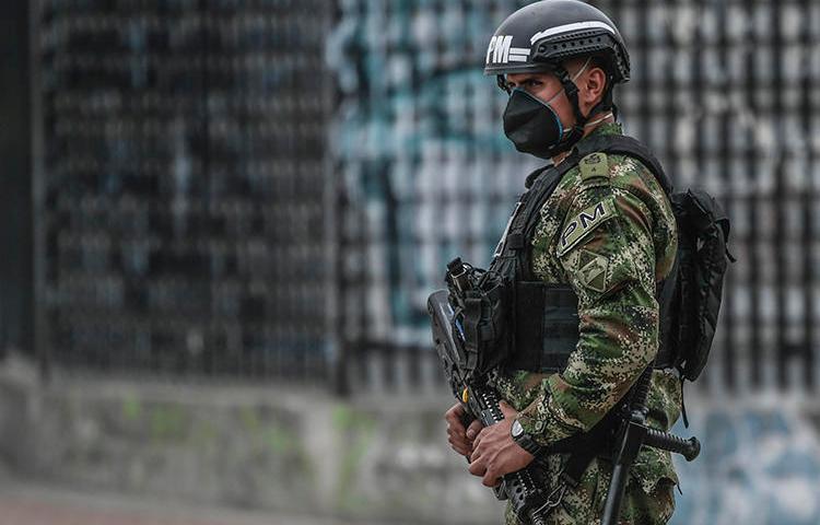 Un policía patrulla las calles de Bogotá, Colombia, el 25 de marzo de 2020. El periodista colombiano Eder Narváez Sierra recibió amenazas de muerte por informar. (AFP / Juan Barreto)