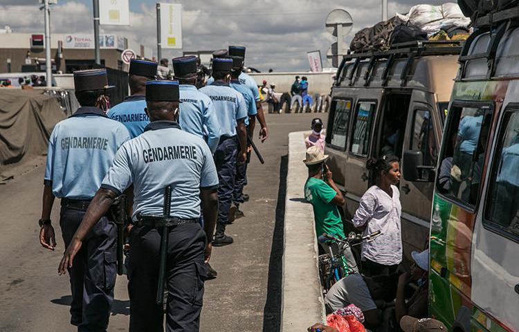 Gendarmes à Antananarivo (Madagascar), le 7 avril 202. Les autorités malgaches ont récemment incarcéré la journaliste Arphine Helisoa pour diffusion de fausses informations et incitation à la haine. (AFP/Rijasolo)