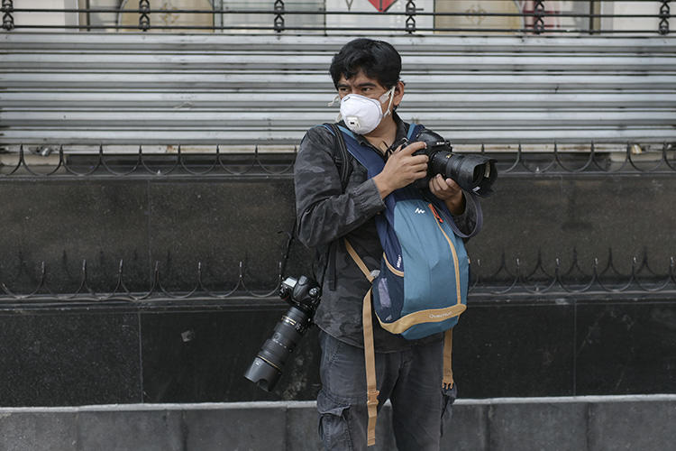 A journalist is seen in Mexico City on April 8, 2020. Mexican journalists recently told CPJ that a lack of equipment and government obstruction are among their bigget concerns while covering the COVID-19 pandemic. (AFP/Pedro Pardo)