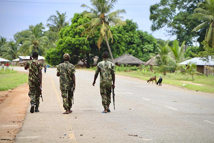 Soldados são vistos em Mocimboa da Praia, Moçambique, em 7 de março de 2018. O jornalista Ibraimo Abú Mbaruco desapareceu recentemente no país. (AFP / Adrien Barbier)