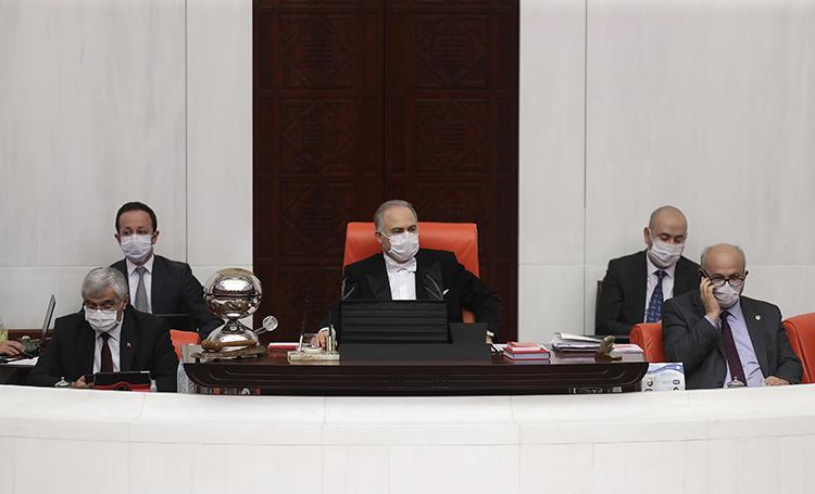 Türkiye Büyük Millet Meclisi Başkanvekili Levent Gök (ortada) 7 Nisan 2020 günü mecliste görülüyor. Türkiye parlamentosu 90.000 mahkumu serbest bırakacak ama gazetecileri kapsamayan bir infaz düzenlemesini görüşüyor. (AFP/Adem Altan)