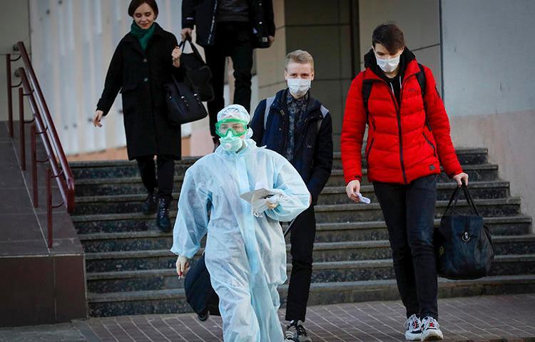 Медицинский работник в Минске (Беларусь) 13 марта 2020 года. Журналист Сергей Сацук был недавно задержан по обвинению во взяточничестве после публикации о COVID-19. (Ассошиэйтед Пресс/Сергей Гриц)