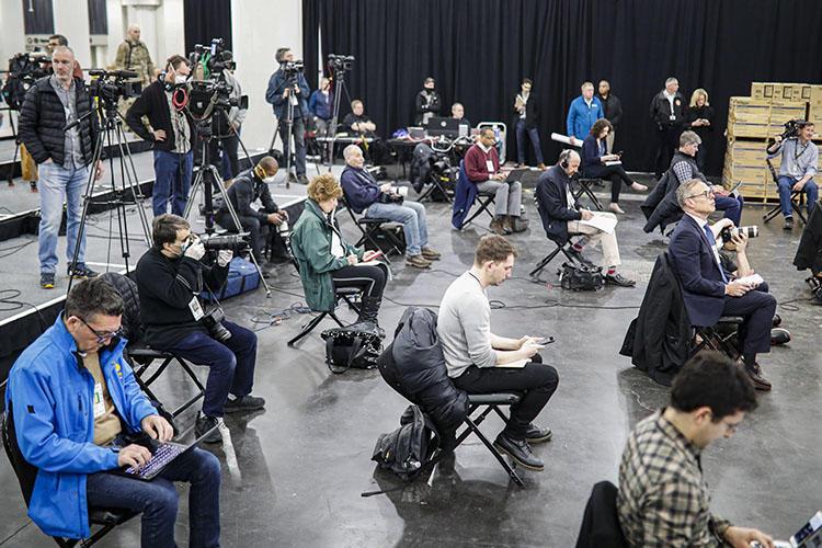 Los periodistas cumplen con el distanciamiento social durante una conferencia de prensa con el gobernador del estado de Nueva York, Andrew Cuomo, en el Centro Jacob Javits, el cual será sede temporal de un hospital en respuesta al brote del COVID-19, el 24 de marzo de 2020, en Nueva York. (AP Photo/John Minchillo)