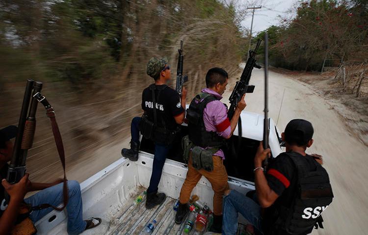 Miembros del grupo de vigilantes, el Frente Unido de Policías Comunitarias de Guerrero, vistos en el estado de Guerrero, México, el 29 de mayo del 2019. El grupo recién lanzó amenazas contra el reportero de Proceso, Ezequiel Flores. (AP/Rebecca Blackwell)
