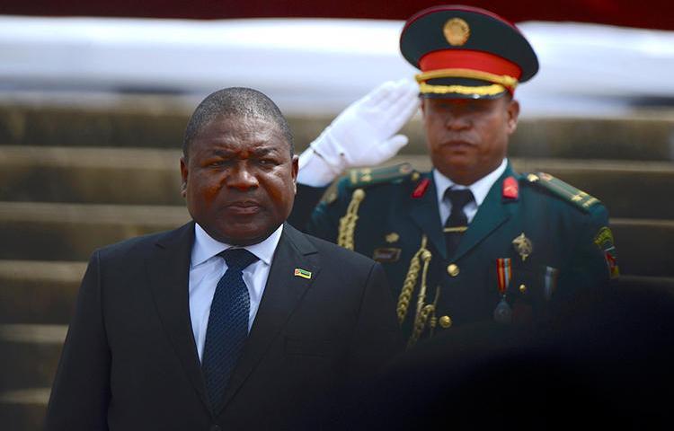 O presidente Filipe Jacinto Nyusi é visto em Maputo, Moçambique, em 15 de janeiro de 2020. O CPJ enviou carta conjunta a Nyusi expressando preocupação com o desaparecimento do jornalista Ibraimo Abú Mbaruco. (Reuters/Grant Lee Neuenburg)