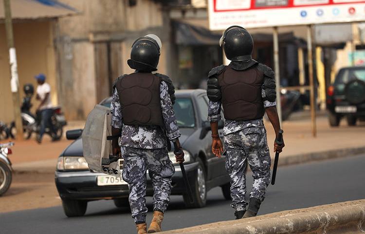 Policiers dans les rues de Lomé (Togo), le 28 février 2020. Le Togo a récemment ordonné à trois journaux de suspendre leurs opérations. (Reuters/Luc Gnago)