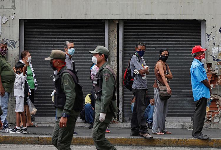 Imagen de miembros de la Guardia Nacional en Caracas, Venezuela, el 3 de abril de 2020. Oficiales de la Guardia Nacional arrestaron al periodista Eduardo Galindo y su familia. (Reuters/Manaure Quintero)
