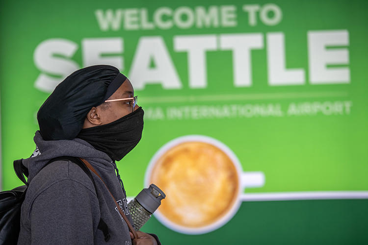 A passenger walks through Seattle-Tacoma International Airport on March 15, 2020, in Seattle, Washington. CPJ recently spoke with journalists covering the COVID-19 pandemic in Seattle. (John Moore/Getty Images via AFP)