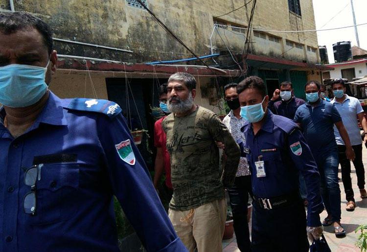 Police escort journalist Shafiqul Islam Kajol at a court in Khulna, Bangladesh, on May 3, 2020. (Dhaka Tribune)