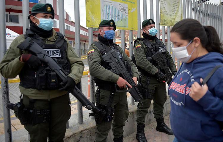 Policías colombianos en Soacha, cerca de Bogotá, el 31 de marzo de 2020. El CPJ recientemente se unió a una carta instando al gobierno colombiano a fortalecer las medidas de seguridad para periodistas en medio de la pandemia de COVID-19. (AFP / Raúl Arboleda)