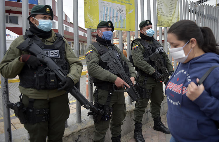 Colombian police officers are seen in Soacha, near Bogota, on March 31, 2020. CPJ recently joined a letter calling on the Colombian government to strengthen protections for journalists amid the COVID-19 pandemic. (AFP/Raul Arboleda)
