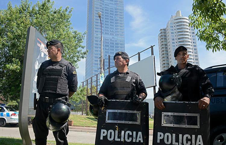Imagen de policías en Montevideo, Uruguay, el 8 de enero de 2015. Una propuesta legislativa en el parlamento de Uruguay criminaliza insultar a la policía. (AFP/Mario Goldman)