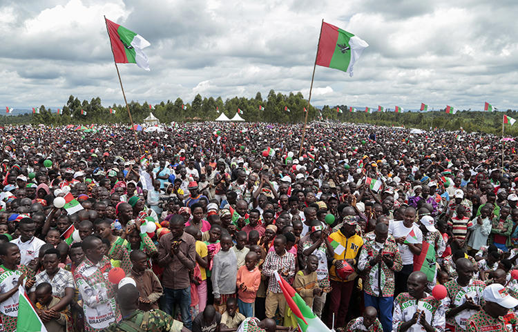 Supporters of the ruling party are seen in Bugendana, Burundi, on April 27, 2020. CPJ recently joined a letter calling on Burundi to maintain internet access during the elections. (AP/Berthier Mugiraneza)
