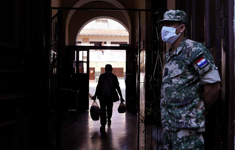 Imagen de un soldado en Asunción, Paraguay, el 22 de abril de 2020. Dos periodistas paraguayos fueron afectados por hackers quienes robaron información de sus teléfonos. (AP/Jorge Saenz)