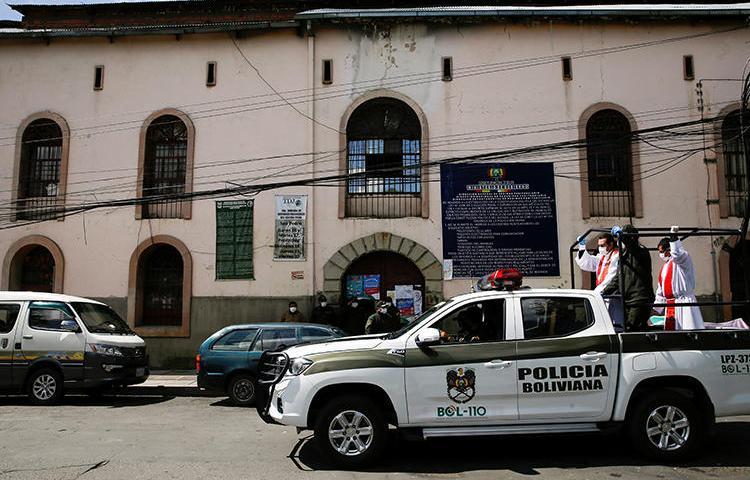 Imagen de la policía en La Paz, Bolivia, el 5 de abril de 2020. El caricaturista boliviano Abel Bellido Córdoba recientemente recibió amenazas de muerte por su trabajo. (Reuters/David Mercado)