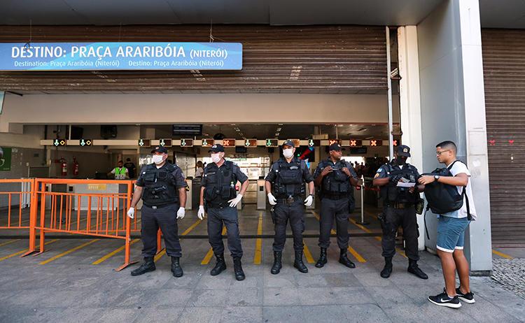 Policiais são vistos no Rio de Janeiro, Brasil, em 23 de março de 2020. O jornalista Leonardo Pinheiro foi recentemente baleado e morto no estado do Rio de Janeiro. (Reuters / Sergio Moraes)