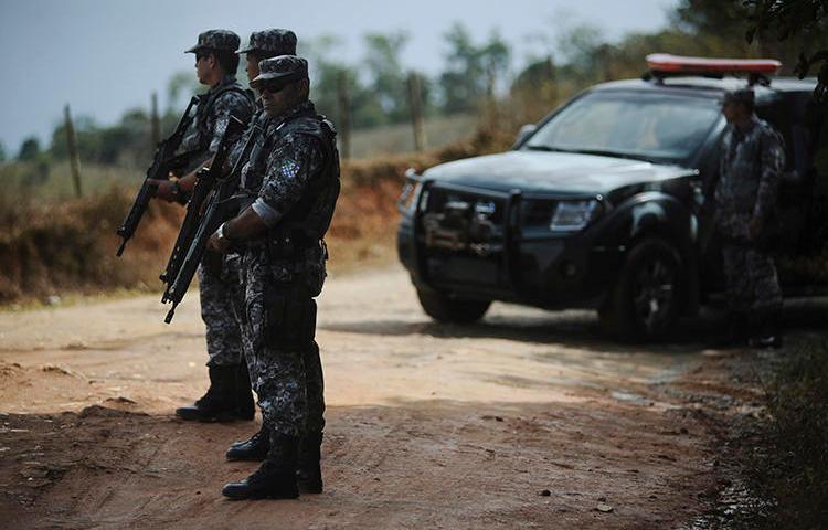 Policiais federais são vistos no estado da Bahia, Brasil, em 5 de maio de 2012. O radialista Fábio Márcio sobreviveu recentemente a um ataque a tiros em Piritiba.. (Reuters / Lunae Parracho)