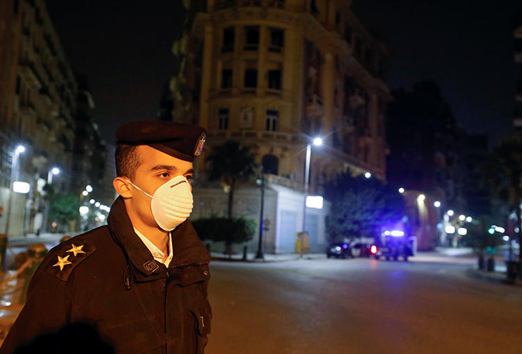 A police officer is seen in Cairo, Egypt, on March 25, 2020. Authorities recently detained journalist Haisam Mahgoub on false news and terrorism allegations. (Reuters/Mohamed Abd El Ghany)