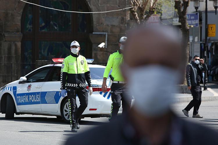 9 Nisan 2020 tarihinde Türkiye'nin Diyarbakır şehrinde çekilmiş bu fotoğrafta polis memurları görülüyor. Yetkililer kısa süre önce yedi gazeteciyi bir istihbarat subayının ölümünü haberleştirmekle suçladı. (Reuters/Sertaç Kayar)